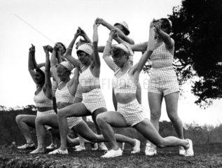 Frauen machen Gymnastik