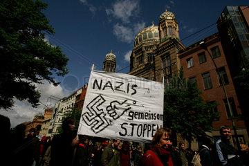 Gegendemonstranten auf einer Demo gegen einem Naziaufmarsch vor der Synagoge in der Oranienburgerstrasse.