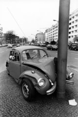 Auto gegen Pfosten