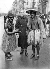 Zwei Schwarze mit Polizist