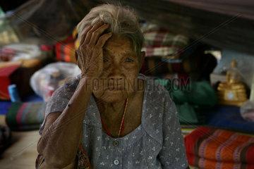 Eine alte Frau sitzt geschockt von dem Tsunami in einem Zeltlager des Malteser Hilfsdienst fuer nach dem Tsunami heimatlos gewordenen Menschen.