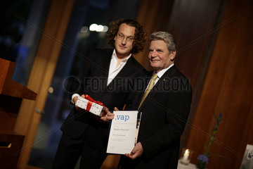 Joachim Gauck recieves the German Foreign Press Association (VAP) media prize 2010