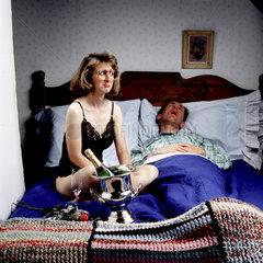 Mann schlaeft  Frau sauer