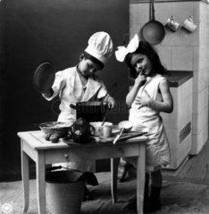 Zwei Kinder beim Kochen
