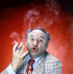 Geschaeftsmann mit Zigarre