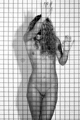 nackte Frau hinter Gitter