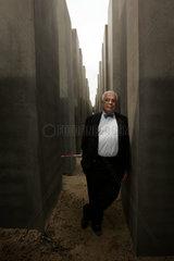 Architekt Peter Eisenman in einem Stelengang des von ihm entworfenen Holocaust Denkmals