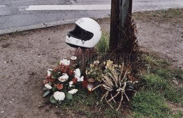 Gedenkstaette fuer einen verunglueckten Motorradfahrers