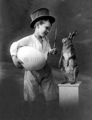Junge mit Ei und Hasen