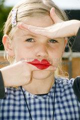 Maedchen mit geschmikten Lippen