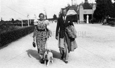Mann und Frau gehen mit Hund spazieren