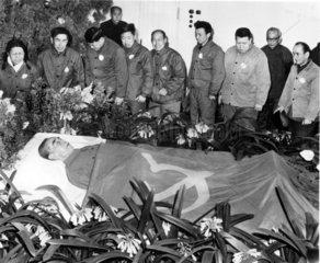 Trauern am Totenbett von Zhou Enlai 1976