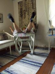 Frau faellt vom Stuhl