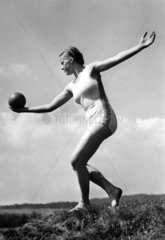 Frau turnt mit Ball