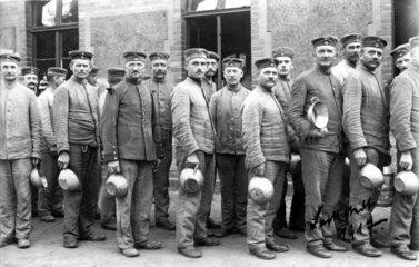 Soldaten warten auf Essen 1917