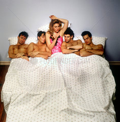 Frau mit vier Maennern im Bett