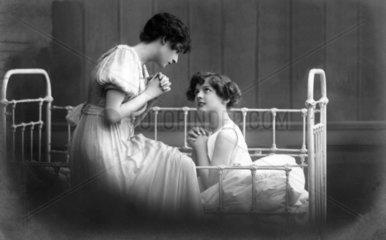 Zwei Frauen beten