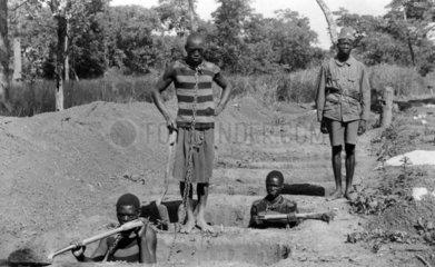 Sklaven graben Loecher als Strafarbeit