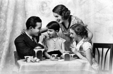 Familie beim Fruehstueck