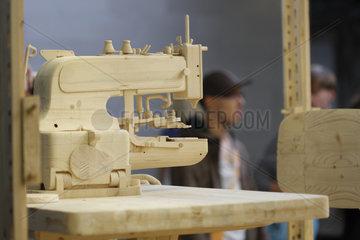 Documenta 13 Naehmaschine von Istvan Csakany