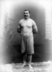 Mann in Shorts