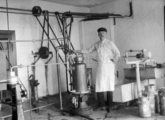 Mann steht an einer Maschine