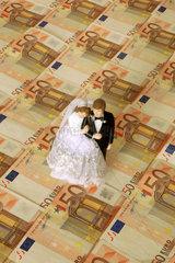 Miniaturhochzeitspaar auf Euroscheinen
