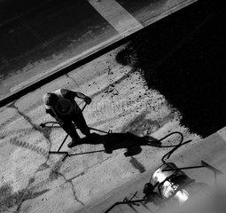 Arbeiter asphaltieren eine Strasse