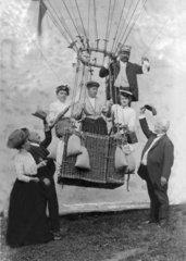 Familie fliegt mit einem Heissluftballon