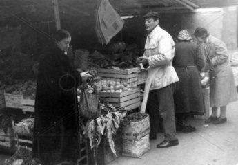 Obst und Gemueseverkaeufer auf Marktplatz