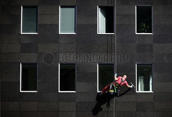 Arbeiter reinigen Fenster