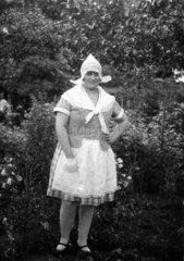 Frau in hollaendischer Tracht  1920