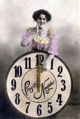 Neujahr  Frau ruft  Uhr zeigt 12 1900