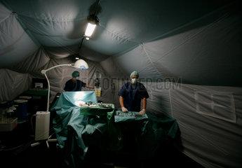 Rettungssanitaeter der Bundeswehr bei der Vorbereitung auf einen Einsatz in Kongo