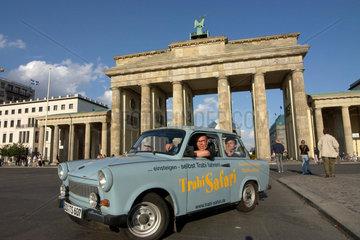 Trabi Safari - bei einer besonderen Stadtfuehrung fahren Touristen selbst mit dem Trabi durch Berlin