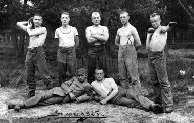 Junge Maenner mit nacktem Oberkoerper  1925