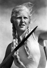 blonde Sperrwerferin mit Zoepfen