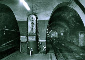 Italien - Schacht fuer Zugverkehr mit beleuchteter Skulptur der heiligen Jungfrau