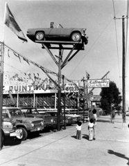 Menschen bestaunen Auto in der Luft