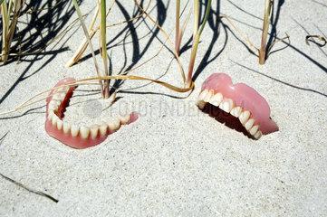 Zahnprotesen am Strand