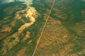 Strasse schneidet durch australische Landschaft