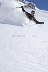 Skifahrer bei Abfahrt
