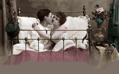 Liebespaar im alten Gitterbett