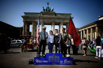 Touristen vor dem Brandenburger Tor