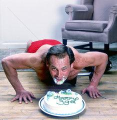 Mann mit Kinn in Torte