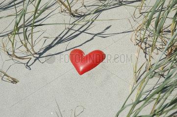 Herz liegt im Sand