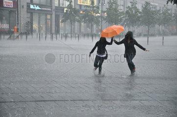 zwei Frauen im Regen
