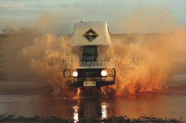 Gelaendewagen faehrt durch Fluss