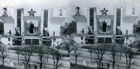 Gebaeude in Moskau mit riesigen Stalin Bildern