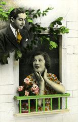 Frau traeumt am Fenster von Mann